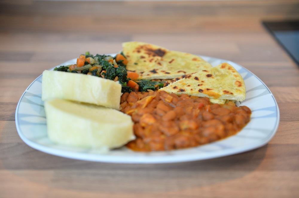 Braune Bohnen mit Chapati begegnet Yams mit grünem Spinat